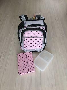 - batoh Junior 3. generácie so systémom STIL ADJUSTABLE - má 4 nastaviteľné stupne veľkosti (S-M-L-XL) - vodeodolné dno s plastovými nožičkami - 3+1 komorový batoh uzatvárateľný zipsami - je vhodný ako školský batoh pre prváčikov ZŠ a mladších žiakov 1.-3. ročníka ZŠ - anatomicky tvarovaný chrbát obsahuje 3D priedušný chrbtový systém - nastaviteľné vystužené a anatomicky tvarované ramenné popruhy - hrudný pásik pre ešte lepšiu fixáciu batohu o telo žiaka Lunch Box, Bento Box