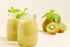 Smoothies selber machen, denn dann weiß man was drinnen ist und kann auf Zucker verzichten. Dann ist auch der Kiwi Smoothie ein richtiger  Durstlöscher.  #omas1eurorezepte #frappee #frappé #getränke #milchshake #frappè #smoothies #smoothie #smoothierecipes #smoothie_planet #getränke #gesundtrinken #gesund Kiwi Smoothie, Smoothies, Ripe Fruit, Pastel Background, Fresh Green, Pickles, Cantaloupe, Cucumber, Mint
