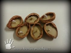 Vánoční svíčky ze skořápek vlašských ořechů