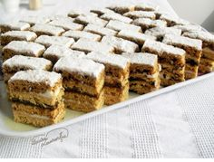 I have loved the honeycomb cake since childhood and I still like it so much . Romanian Desserts, Romanian Food, Hungarian Desserts, Romanian Recipes, Sweets Recipes, Cake Recipes, Hungarian Cake, Honeycomb Cake, Cake Tray
