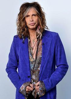 Blazer de colores y camisas con print son característicos de Steven Tyler Su cabello suelto y despeinado le da toque rockero. Más sobre moda en @Trend Studio