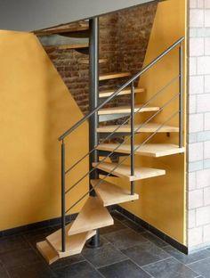 Escalier hélicoïdal qui offre un gain de place intéressant avec ses marches à plan carré. Excellente solution économique pour les petits espaces.