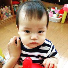 Instagram media haruucafe - なぜか最近、常に不機嫌気味の息子。そして1日10回を超える頻回授乳。 自我が芽生えてきたからなのか、歯ぐずりか、甘えてるのか、分離不安か...母にはワカリマセン。 #支援センター で#ロディ に乗りながら#ふくれっ面  でもかわいい... #息子#男の子#8ヶ月 #もうすぐ9ヶ月#10月生まれ #instababy#instakids#グズグズ#親バカ#親バカ部