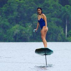 Esta tabla de surf  permite deslizarse flotando  por encima del agua
