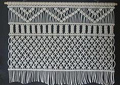 O Painel Macramê 1,40x1,00m Não incluso o varão . Feito em Cordão de algodão na cor crú. Produção 30 dias úteis