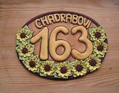 Ručně modelované keramické domovní číslo zdobené slunečnicemi. Sign, Cookies, Desserts, Clays, Frames, Crack Crackers, Tailgate Desserts, Biscuits, Postres