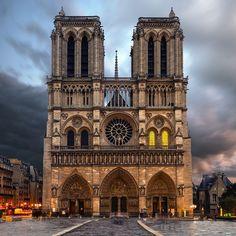 A Catedral de Notre Dame é uma das igrejas mais famosas do mundo. Com uma arquitetura imponente em estilo gótico, a construção já foi palco de grandes eventos da história. Para todos os amantes da França, visitar Notre Dame, em Paris, é uma experiência única e extremamente bela!