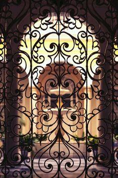 In Andalusien lebt die maurische Tradition, Fenster mit Gittern zu schützen noch immer fort. Wunderschöne Beispiele findet man in eleganten Herrenhäusern wie diesem. Foto:  @sloravillar