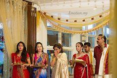 A Ceylonese Tamil Hindu Wedding at Kalamandapam: Dr Anand + Dr Annushia by Andy Lim (emotioninpictures.com) http://www.emotioninpictures.com/ceylonese-tamil-hindu-wedding-kalamandapam-anand-annushia