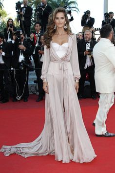 hollywood-fashion: Izabel Goulart in Ralph & Russo Couture at the Cannes Film Festival premiere for Julieta on May 17 Hollywood Fashion, Mode Hollywood, Hollywood Actresses, Izabel Goulart, Cannes Film Festival, Look Fashion, Fashion Show, Fashion 2016, Tokyo Fashion
