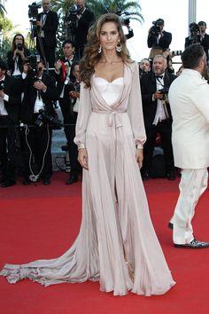Izabel Goulart dans un combo corset-nuisette signé Ralph & Russo. (Cannes, 17 mai 2016.)