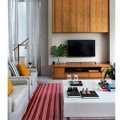 Uma sala linda é naturalmente iluminada. O colorido do tapete e das almofadas da o tom de descontração do ambiente. Adorei!!!!