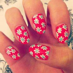 pretty daisy nail art