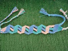 Learn to make your own colorful bracelets of threads or yarn. Thread Bracelets, Macrame Bracelets, Macrame Tutorial, Bracelet Tutorial, Bracelet Fil, Peyote Bracelet, Diy Friendship Bracelets Patterns, Colorful Bracelets, Bracelet Designs