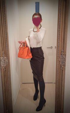 White turtleneck blouse + brown leather skirt + orange bag + black heels - http://ameblo.jp/nyprtkifml