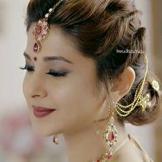 Saree Hairstyles, Bride Hairstyles, Indian Hairstyles, Saris, Hair Style On Saree, Bridal Makeup, Wedding Makeup, Traditional Hairstyle, Jennifer Winget Beyhadh