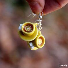 Šálek citronového čaje Hrnek plný ovocného čaje dozdobený plátkem citronu naservírovaný na okrasném talířku se dvěma cukříky. Naušničky jsou droboučké a lehké, velikost cca 20 mm. Drop Earrings, Jewelry, Lemon, Jewlery, Jewerly, Schmuck, Drop Earring, Jewels, Jewelery