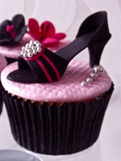 cupcakes and shoes! Amazing  ❥ http://pinterest.com/martablasco/
