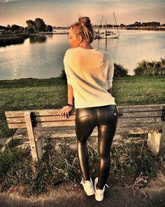 Legging Outfits, Leder Outfits, Leggings Fashion, Tight Leather Pants, Leather Pants Outfit, Leather Jeans, Wet Look Leggings, Shiny Leggings, Girls In Leggings
