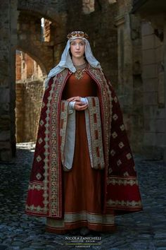 Medieval lady Medieval lady The post Medieval lady appeared first on Kleidung ideen. Medieval Gown, Medieval Life, Medieval Costume, Medieval Fashion, Medieval Clothing, History Medieval, Haunted History, Historical Costume, Historical Clothing
