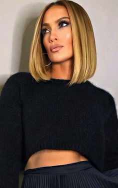 Her hair stylist tries again, Jenny from the Block refreshes her blonde bob (BLOB) and illuminates it with new highlights. Very Short Hair, Short Hair Cuts, Short Hair Styles, Jlo Short Hair, Bobs Blondes, Blonder Bob, Lob Haircut, Brown Blonde Hair, Long Bob Hairstyles