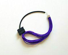 Fantastische hedendaagse kunst ketting gemaakt van paarse elastische ronde koord, zwarte rubber en zwarte pvc-buis. Een must have accessoire naar jazz omhoog uw garderobe. De lengte van het Collier is 58 cm/22.8 in Pakket zal worden verzonden zodra ik eventueel kan die is meestal 2 - 3 dagen na de aankoop. ▲ GRATIS KADO BIJ ELKE BESTELLING HTTPS://WWW.ETSY.COM/LISTING/469516234/SALE-SILVER-RING-SPIRAL-RING-WRAP-RING?REF=SHOP_HOME_ACTIVE_3 ▲ Aarzel niet om...