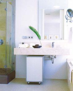 Baño con mueble auxiliar