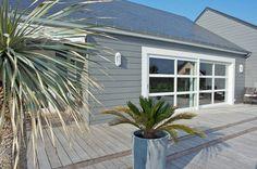 Bardage bois peint en gris pour donner à cette maison une allure très contemporaine Renovation Facade, Wood Cladding, Garden Deco, Living Room Designs, Bungalow, Beach House, Architecture Design, Sweet Home, Art Deco