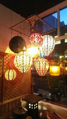Hanging lanterns for early evening outdoor entertaining. Luces que cuelguen e iluminen la noche. #pier1outdoors #ad