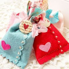 andrea's creative paper trail: Scalloped Felt Bags . . . . . Love the cross stitching on scallop