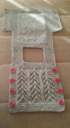 Materials:Self-patterned baby woolNumber three swollenButtonFabrication :Let's start with 45 stitches and 5 teeth.For example: 7 digits 1 increment 1 decrement 5 straight 1 decrement 1 increment 1 straight Here is one example.The samples start like t