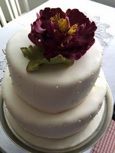 Hochzeitstorte mit einzelner Blüte