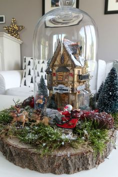 A Christmas village does not have to be big! You can get a lot of atmosphere with one Christmas house & dolls. Making your Christmas village under a bell jar is how you do it! Easy Diy Christmas Gifts, Christmas Projects, Christmas Decorations, Christmas Ornaments, Holiday Decor, Christmas Snow Globes, Cozy Christmas, Xmas, Lemax Christmas