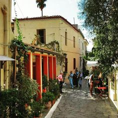 Strolling through the beautiful alleys of the historical center of #Athens! 👣😀 #walkingtour #citytour #traveltips #travel