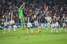 Juventus' players celebrate at the end of the UEFA Champions League quarter final first leg football match Juventus vs Barcelona, on April 11, 2017 at the Juventus stadium in Turin. Juventus won 3-0. / AFP PHOTO / GIUSEPPE CACACE