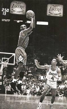 MJ with Byron Scott looking on. Michael Jordan Basketball, Jordan 23, Nba Players, Basketball Players, Basketball Legends, Byron Scott, National Basketball League, Best Dunks, Jordan Quotes