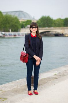 Les Bords de Seine // Navy and red were meant to go together ! Printemps Street Style, Spring Street Style, Street Style Women, Classy Outfits, Chic Outfits, Fashion Outfits, Mode Bcbg, Estilo Tomboy, Preppy Style
