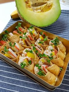 간단도시락으로 좋은 맛있는 유부초밥 만들기유부초밥은 언제먹어도 맛있어요.. 별다른 야채없이 시판 유부... Lime Recipes, Asian Recipes, Healthy Recipes, Food Design, Food Business Ideas, Japanese Food Sushi, K Food, Korean Food, Food Plating