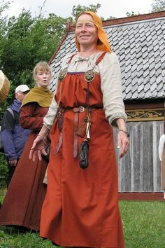 Reenactor at Vikingelandsbyen in Albertslund. Her linen underdress is pleated at the neckline, but the pleats do not extend through the rest of the dress