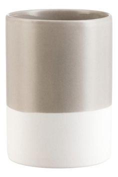 Porcelain soap dispenser: Soap dispenser in glazed porcelain with a silver-coloured plastic pump. The dispenser has a matt, unglazed lower section. Diameter approx. 7.5 cm, height 19 cm (including pump).