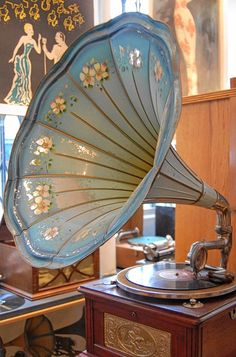 Vintage gramophone with morning glory horn.