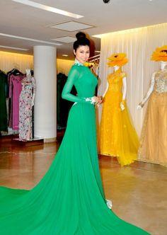 I love this emerald green Áo Dài. Very modern
