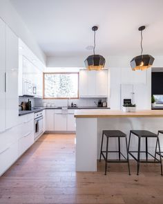 These 30 White Kitchens Are Anything But Ordinary Black Kitchen Countertops, Kitchen Island, Kitchen Appliances, Light Hardwood Floors, Layout Design, Cool Kitchens, White Kitchens, Kitchen White, Wood Counter