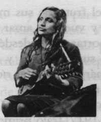 Por PABLO VÁSQUEZ Me gusta Violeta Parra, en realidad soy más propenso a sus letras que a su música, pero sí, me gusta y la respeto muchísimo, sin embargo no deja de molestarme su parentela (con la magnánima excepción de Nicanor), que le ha sacado el jugo al apellido durante varias décadas. Todos ellos se …