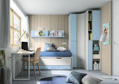 Dormitorio juvenil en madera y azul, con mesa de estudio y armario rincón.