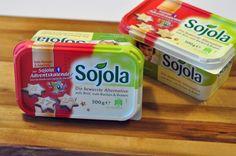 Das Streichfett von Sojola ist frei von tierischen Produkten und somit die ideale Backalternative für Veganer. Und zur Adventszeit ist sie in neuem weihnachtlichen Design erhältlich - da können die Feiertage doch kommen!