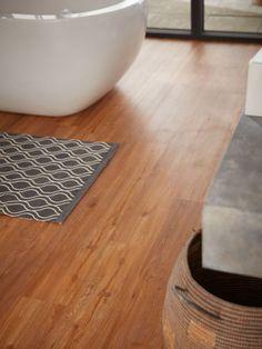 Schöner Vinylboden fürs Bad. Angenehm zum laufen, pflegeleicht und Feuchtraum geeignet.