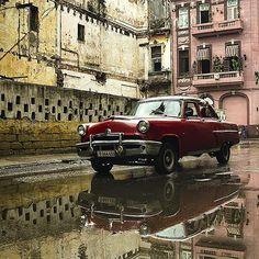 On a rainy day I ran into this old lady in the streets of #lahabanavieja #havana #cuba #streetarteverywhere #streetphotography #rsa_streetview #streetart #streetstyle #agameoftones by aluckyman