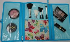 Porta maquiagem, confeccionado em tecido de algodão, estruturado com manta. Tem duas divisórias em plástico com ziper e divisória para pinceís. Ideal para levar na bolsa, pois acomoda bem tudo que você precisa, no seu dia a dia. <br>Deixe seus produtos organizados e à mão.
