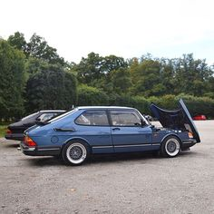 's Saab 900 two summers ago when we gathered before driving to Klassiker på Wenngarn. The cleanest engine bay I've ever seen and… Retro Cars, Vintage Cars, Griffin Logo, Saab Automobile, Turbo Car, Car Barn, Saab 900, Car Drawings, S Car